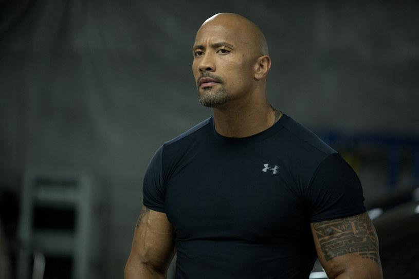 """Dwayne """"The Rock"""" Johnson ostro skrytykował gwiazdy ósmej części """"Szybkich i wściekłych"""". """"Kiedy zobaczycie film w przyszłym roku i stwierdzicie, że wcale nie gram, tylko złoszczę się naprawdę, będziecie mieli rację"""" - wyznał odtwórca roli Luke'a Hobbsa w przebojowej serii."""