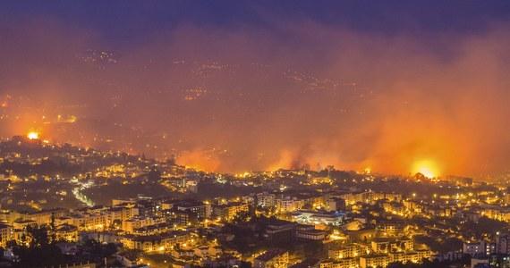 Co najmniej trzy osoby zginęły w gigantycznym pożarze na portugalskiej wyspie Madera. Ogień niebezpiecznie zbliżył się do stolicy Funchal. Ewakuowano już tysiąc osób. Strażacy od dwóch dni walczą z pożarami nieużytków.