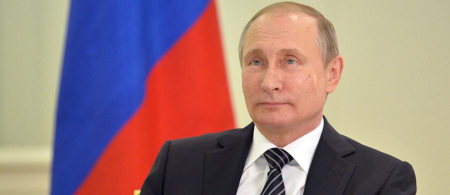 Komentując doniesienia Federalnej Służby Bezpieczeństwa (FSB), że doszło do ukraińskiego zbrojnego wtargnięcia na Krym, prezydent Rosji Władimir Putin oświadczył w środę, że władze w Kijowie wybrały drogę terroru zamiast pokoju. Podkreślił, że Stany Zjednoczone i Europa muszą podjąć konkretne kroki, aby wymóc na Ukrainie zmianę postępowania.