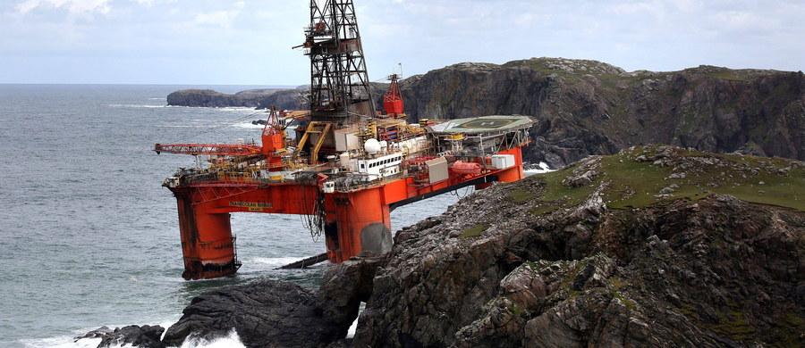 Z platformy wiertniczej, która w poniedziałek uderzyła w skały brzegowe szkockiej wyspy Lewis, wyciekła ropa. Konstrukcja była holowana z Norwegii na Maltę. Do wypadku doszło podczas sztormu, gdy zerwał się hol.