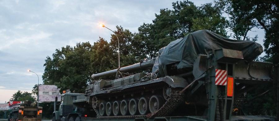 Rzecznik ukraińskiej straży granicznej Ołeh Słobodian oświadczył, że Rosja w ostatnich dniach skoncentrowała na administracyjnej granicy Ukrainy z zaanektowanym przez Rosję Krymem więcej wojsk z nowocześniejszym wyposażeniem. Tymczasem prezydent Ukrainy Petro Poroszenko powiadomił, że zarządził najwyższy stopień gotowości bojowej wszystkich ukraińskich sił stacjonujących przy granicy administracyjnej z Krymem i przy linii walk z separatystami w Donbasie.