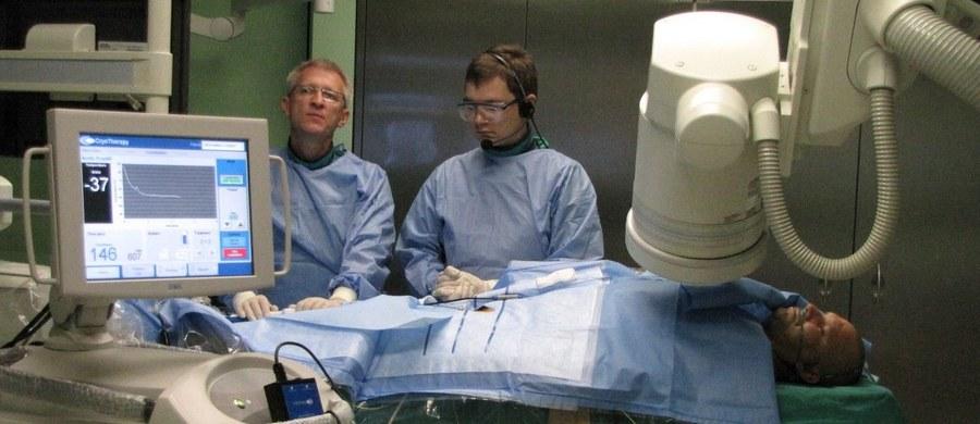 Niedostateczna liczba pracowników ochrony zdrowia zagraża bezpieczeństwu zdrowotnemu Polaków - ostrzegają lekarze rezydenci. W piśmie do ministra zdrowia zaapelowali o zmianę przepisów dotyczących czasu pracy lekarzy oraz o podniesienie wynagrodzeń.