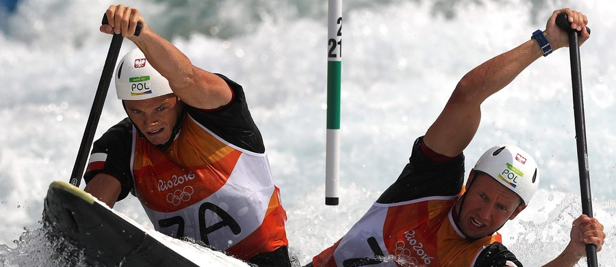 Kajakarze górscy Piotr Szczepański i Marcin Pochwała awansowali z czwartym wynikiem do finału slalomu C2 w igrzyskach olimpijskich w Rio de Janeiro. Najszybciej w półfinale popłynęli Niemcy Franz Anton i Jan Benzien.