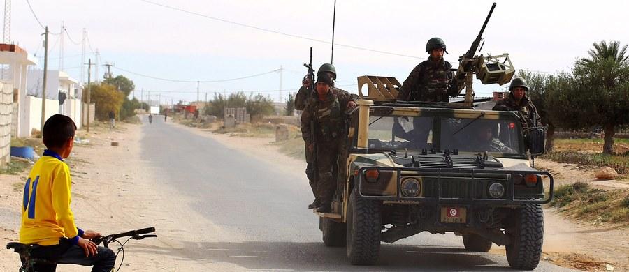 Rząd Włoch nie potwierdził doniesień mediów, jakoby w Libii obecnych było kilkudziesięciu włoskich żołnierzy sił specjalnych. Według nieoficjalnych informacji służby te nie biorą udziału w akcjach zbrojnych, lecz prowadzą szkolenia libijskich formacji.