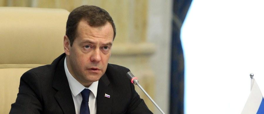 Rosja może być zmuszona zerwać stosunki dyplomatyczne z Ukrainą, jeśli kryzys związany z incydentami na Krymie i ukraińskimi sabotażystami się pogłębi - oświadczył premier Federacji Dmitrij Miedwiediew. Ukraina rozważa wprowadzenie wiz dla Rosjan.