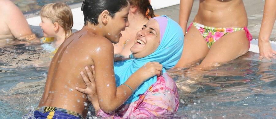 """Z powodu obaw o bezpieczeństwo publiczne władze Cannes na południu Francji zakazały na plażach kostiumów całkowicie zakrywających ciało, czyli burkini. Organizacje broniące praw człowieka już zapowiedziały, że zaskarżą to niedawne rozporządzenie. Mer Cannes David Lisnard nazwał burkini """"symbolem islamskiego ekstremizmu"""" i ocenił, że taki kostium może być powodem starć w czasie, gdy Francja jest celem dżihadystycznych zamachów."""
