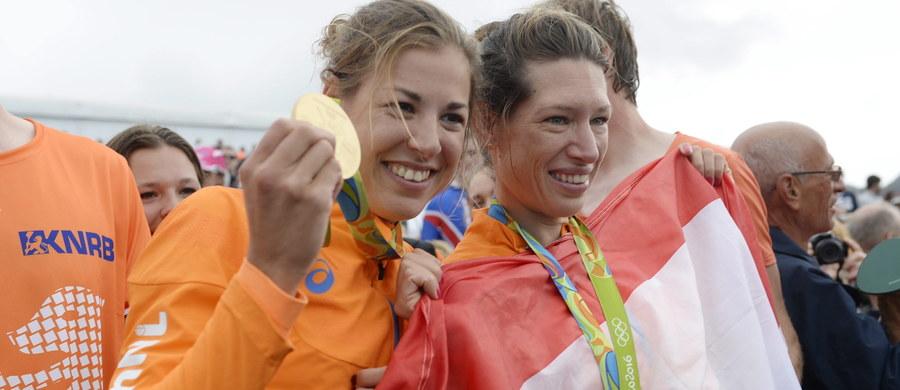"""Piątka holenderskich kibiców, mimo doniesień o niebezpiecznych dla zdrowia zanieczyszczeniach w wodach laguny Rodrigo de Freitas, na której odbywają się olimpijskie zawody wioślarskie, przepłynęła akwen. Wszystko to, aby pogratulować medalistkom z ekipy """"Pomarańczowych""""."""