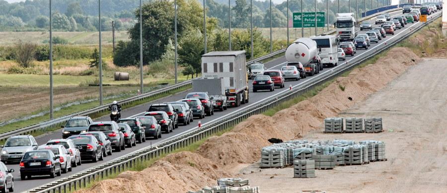 Długi weekend - tradycyjnie - oznacza kłopoty na kierowców. Ostrzegamy – podróż do celu może niespodziewanie się wydłużyć. Co więcej, korki tworzą się także na… stacjach benzynowych przy autostradzie A1. Sprawdźcie aktualną sytuację na drogach.