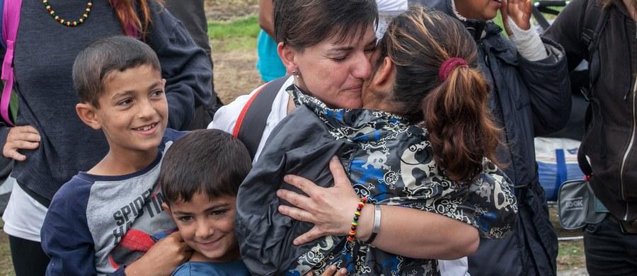 """Do końca sierpnia do Grecji ma przybyć ekipa ekspertów do spraw terroryzmu z Europolu, której zadaniem będzie próba wykrycia potencjalnych dżihadystów wśród uchodźców i migrantów - poinformowało w sobotę greckie źródło policyjne. Według tego źródła misja ta wpisuje się w """"stały proces współpracy między władzami greckimi, ich europejskimi odpowiednikami i Europolem"""". Współpracę tę nawiązano w 2015 roku po napływie do Grecji setek tysięcy migrantów, głównie Syryjczyków, oraz po krwawych zamachach w Paryżu."""