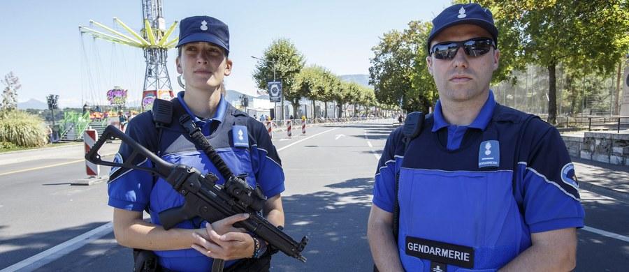 27-letni Szwajcar podpalił wagon w północno-wschodniej Szwajcarii, a następnie zaatakował nożem pasażerów. Do szpitala z ranami kłutymi i poparzeniami trafiło sześć osób, w tym sześcioletnie dziecko - poinformowała policja z miasta Sankt Gallen. Sprawca także jest hospitalizowany. Nie ma informacji o motywach działania 27-latka.