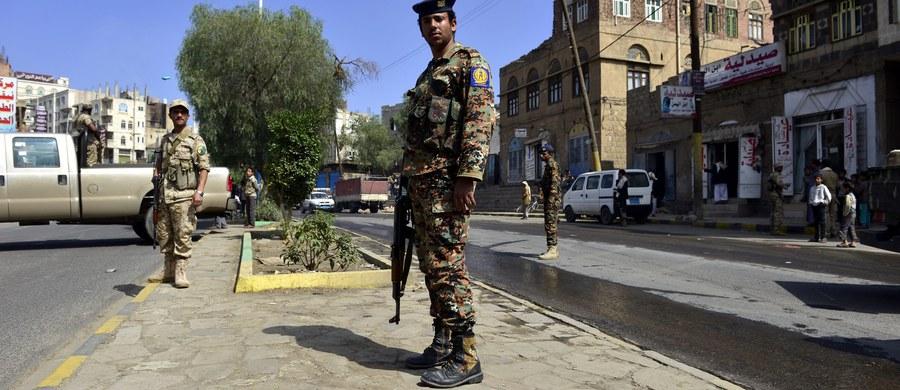 Co najmniej 10 dzieci zginęło, a 21 zostało rannych w sobotę na północy Jemenu - poinformowała organizacja Lekarze bez Granic (MsF). Według zbrojnego ruchu Huti były one ofiarami nalotu na szkołę, dokonanego przez koalicję dowodzoną przez Saudów.