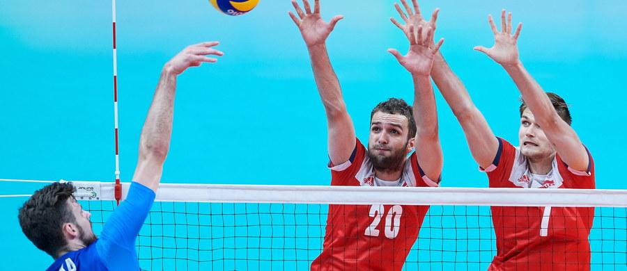 Po trzech seriach spotkań polscy siatkarze byli liderami grupy B z kompletem zwycięstw. W dotychczasowych spotkaniach biało-czerwoni pokonali Egipt (3:0), Iran (3:2) i Argentynę (3:0). Polacy przed meczem z Rosją mieli już pewny awans do ćwierćfinału. Pierwszego seta z mistrzami olimpijskimi z Londynu przegraliśmy 18:25, drugiego wygraliśmy: 25:16. Trzeci set znów na niekorzyść Polaków: Rosjanie pokonali nas 25:18. Czwarta część meczu zakończyła się zwycięstwem biało-czerwonych 25:22, tie-break: 13:15.