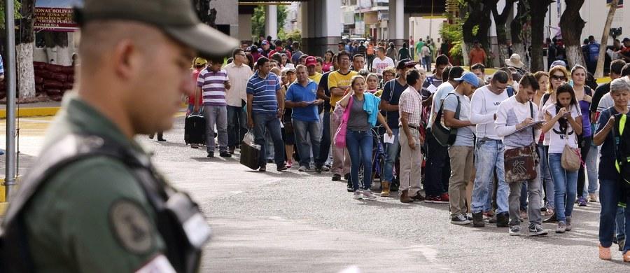Tysiące obywateli Wenezueli zostały w sobotę powitane w Kolumbii przez orkiestrę wojskową po ponownym otwarciu granicy między dwoma krajami. Władze w Caracas zamknęły ją rok temu w ramach walki z przemytem. W Wenezueli brakuje podstawowych produktów.