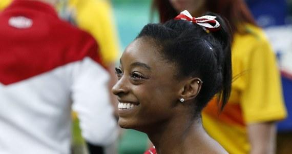 Amerykanka Simone Biles, która w Rio de Janeiro całkowicie zdominowała olimpijską rywalizację w gimnastyce sportowej zdobywając dotychczas trzy złote medale, ma jeszcze szanse na wywalczenie dwóch kolejnych tytułów. 19-latka, która triumfowała już w Brazylii w trzech konkurencjach: skoku oraz wieloboju indywidualnym i drużynowym, w poniedziałek będzie jeszcze walczyć o zwycięstwo na równoważni, a w środę w ćwiczeniach wolnych.