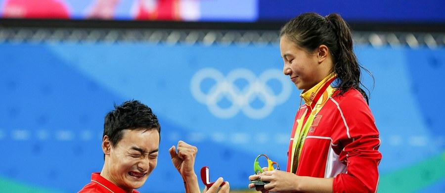 Chińska skoczkini do wody He Zi, która zdobyła srebrny medal igrzysk olimpijskich w Rio de Janeiro (trampolina 3 m) schodząc z ceremonii dekoracji została poproszoną o rękę przez kolegę z reprezentacji Qin Kaia. 25-latka przyjęła jego oświadczyny.