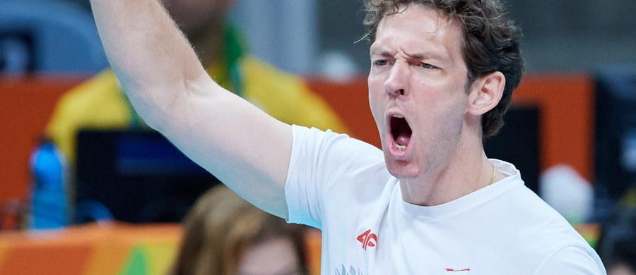 Polscy siatkarze w środowym ćwierćfinale turnieju olimpijskiego w Rio de Janeiro zmierzą się ze złotymi medalistami igrzysk w Pekinie Amerykanami. O tym, z kim zagrają biało-czerwoni zdecydowało losowanie. Polscy siatkarze - z czterema zwycięstwami i jedną porażką na koncie - zajęli drugie miejsce w grupie B. Drużyna z USA zanotowała trzy wygrane i dwie porażki w grupie A.