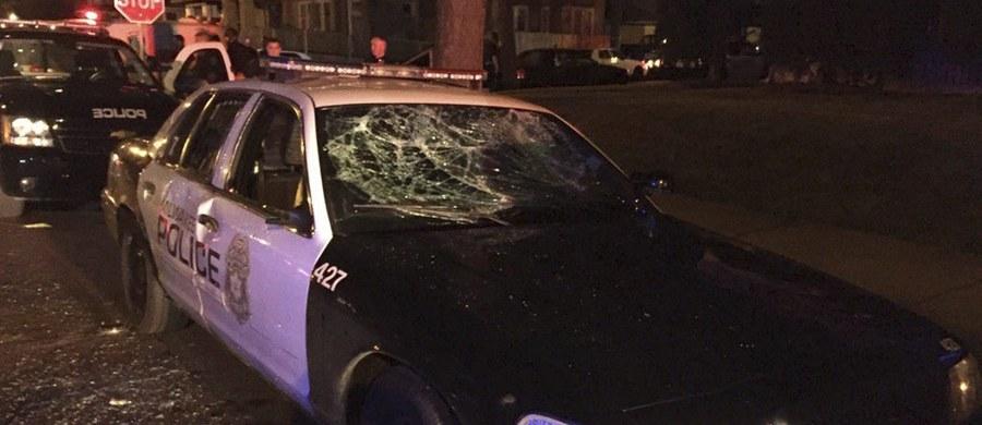 Podczas drugiej z rzędu nocy w Milwaukee na północy USA doszło do starć czarnoskórych mieszkańców z policją. Zamieszki wywołane były zastrzeleniem w sobotę czarnoskórego mężczyzny. Siedmiu funkcjonariuszy zostało rannych, 11 osób zatrzymano.