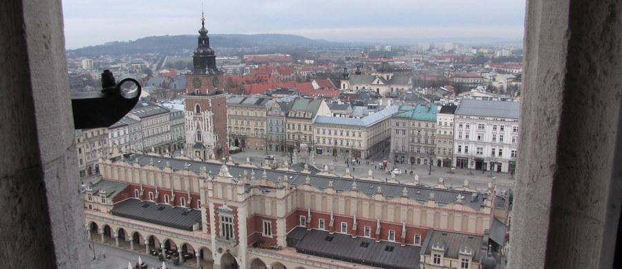 Smog po raz pierwszy od kilkudziesięciu dni może ponownie pojawić się w Krakowie. Instytut Meteorologii i Gospodarki Wodnej ostrzega, że w stolicy Małopolski mogą dziś wystąpić przekroczenia norm pyłów.