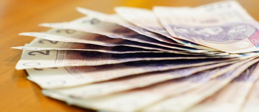 Zarzut przywłaszczenia mienia usłyszała była skarbnik urzędu miasta w Podkowie Leśnej. Chodzi o ponad 160 tysięcy złotych, które zniknęły z miejskiej kasy. Jak już informowaliśmy, brak pieniędzy wykazała kontrola przeprowadzona na wniosek burmistrza Podkowy. Według audytu, była urzędniczka mogła pobierać pieniądze z miejskiej kasy bez pokwitowań i wynosić dokumentację finansową gminy.