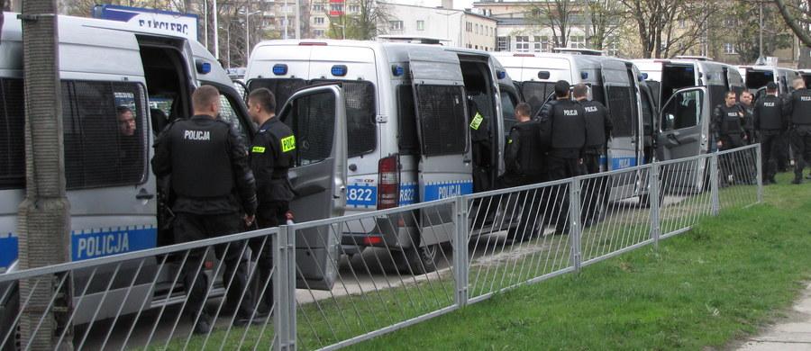Autobusy, którymi jechali kibice Widzewa Łódź zostały obrzucone kamieniami. Do zdarzenia doszło na drodze krajowej numer 15 w Gronowie koło Torunia. Na szczęście nikt nie został ranny. Informację o ataku dostaliśmy na Gorącą Linię RMF FM.