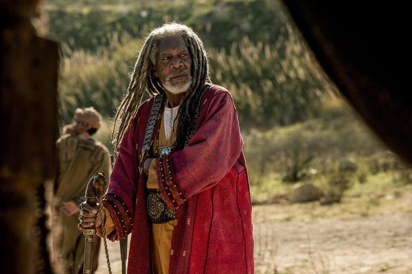 """Już od 19 sierpnia na naszych ekranach oglądać będziemy współczesną wersję jednej z najsłynniejszych superprodukcji wszech czasów - """"Ben-Hur"""". Obok tytułowego bohatera (Jack Huston) i jego brata, a zarazem anatagonisty Messali (Toby Kebbel), bardzo ważną postacią, znacznie zresztą rozbudowaną w stosunku do poprzednich wersji, jest grany przez Morgana Freemana szejk Ilderim, mentor Ben-Hura. To właśnie on uczy go powożenia rydwanami."""