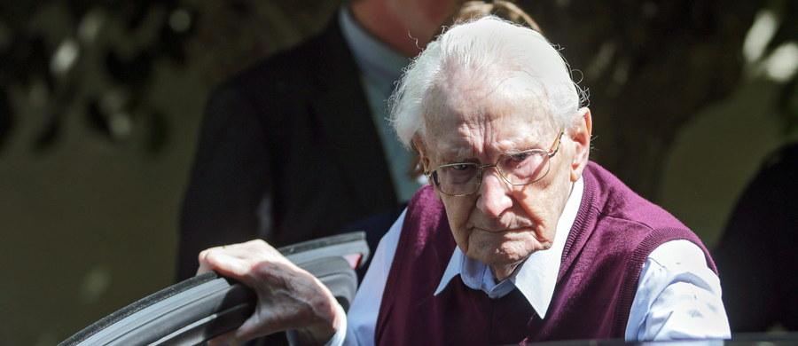 Międzynarodowy Komitet Oświęcimski skrytykował we wtorek przeciągające się postępowanie rewizyjne przed Trybunałem Federalnym w sprawie byłego strażnika z KL Auschwitz Oskara Groeninga. Skazany rok temu na cztery lata więzienia esesman jest nadal na wolności.