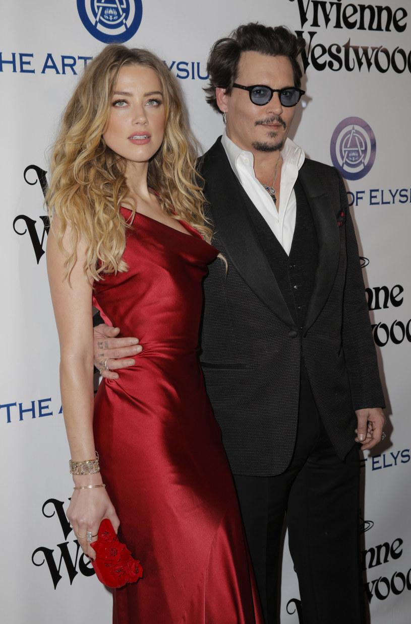 Po trzymiesięcznej walce przepełnionej wzajemnymi oskarżeniami, Johnny Depp i Amber Heard oficjalnie uzgodnili warunki ugody. Heard zdecydowała się wycofać zarzuty o przemoc domową, którymi obarczyła Deppa w maju tego roku i zrezygnowała z ochrony przed aktorem.