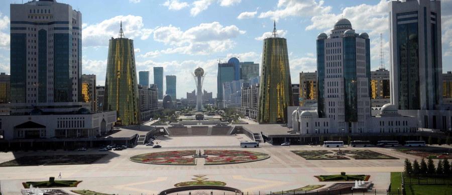 """Polska będzie ściślej współpracować z Kazachstanem. W poniedziałek do Warszawy na dwa dni przylatuje prezydent Kazachstanu Nursułtan Nazarbajew. Spotka się między innymi z prezydentem Andrzejem Dudą. """"Prawdopodobnie rząd Kazachstanu zniesie wizy dla Polaków od 1 stycznia 2017 roku. Polacy będą mogli do 30 dni przebywać na terenie Kazachstanu bez wiz"""" - tak pierwsze efekty tej wizyty zapowiada w rozmowie z RMF FM ambasador Kazachstanu w Polsce - Altay Abibullayev. Wizycie prezydenta Nazarbajewa w Polsce ma towarzyszyć Polsko-Kazachskie Forum Gospodarcze. """"Wedle naszych bardzo ostrożnych szacunków wartość umów, kontraktów, czy innych dokumentów wspólnych, które moglibyśmy podpisać lub zadeklarować w trakcie tej wizyty wyniesie około 1 miliarda dolarów"""" - dodaje ambasador Kazachstanu."""