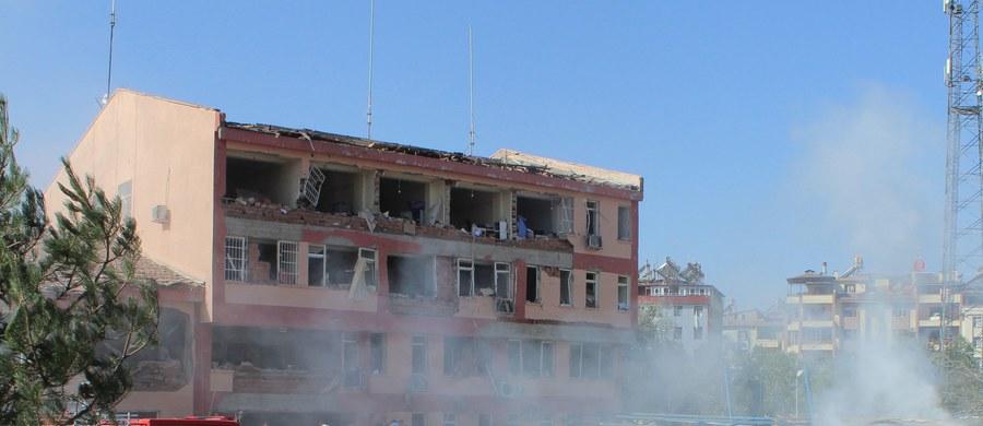 Co najmniej 6 osób zginęło, a prawie 220 zostało rannych w dwóch zamachach bombowych na komisariaty policji na wschodzie Turcji - podały lokalne media. Jako sprawców wskazały bojowników Partii Pracujących Kurdystanu (PKK).