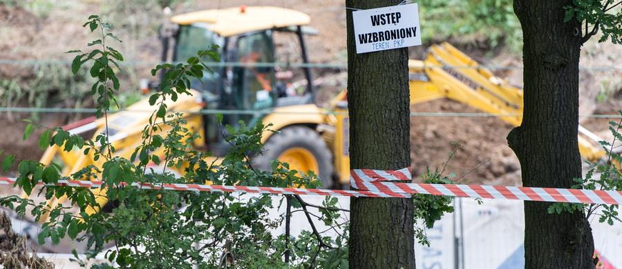 Fiasko trzeciego dnia poszukiwań złotego pociągu w Wałbrzychu. Na skarpie kolejowej, w której ma być ukryty legendarny skład poszukiwacze wykonali szeroki na dziesięć metrów i długi na trzydzieści metrów wykop. Na głębokości dziewięciu metrów trafili na litą skałę, której nie udało się przebić. Piotr Koper i Andreas Richter chcą jednak ostatecznie wyjaśnić tajemnicę 65 kilometra. Jutro prace zostaną wznowione.