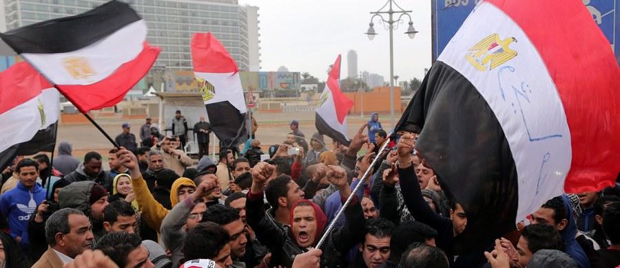 Egipski sąd wojskowy skazał, w większości zaocznie, ponad 400 domniemanych zwolenników zakazanego w Egipcie Bractwa Muzułmańskiego. Wszyscy mieli brać udział w szturmie na posterunek policji w 2013 roku.