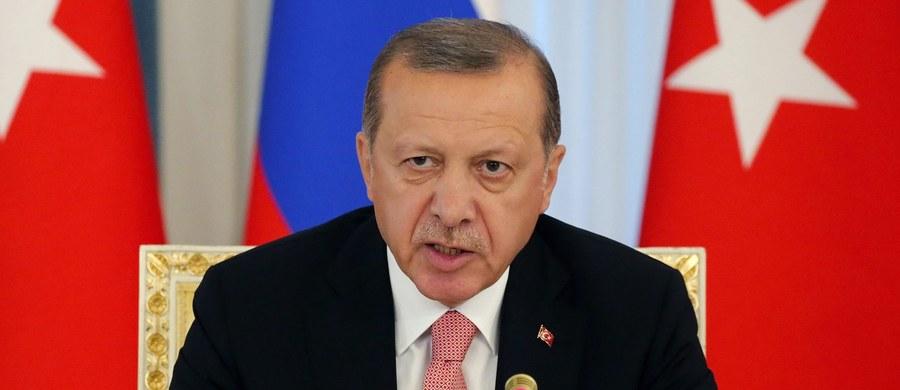 Prezydent Turcji Recep Tayyip Erdogan powiedział w czwartek, że winę za ostatnie zamachy, w których zginęło co najmniej sześć osób, ponoszą zwolennicy islamskiego kaznodziei Fethullaha Gulena; o ataki oskarżani są również bojownicy Partii Pracujących Kurdystanu.