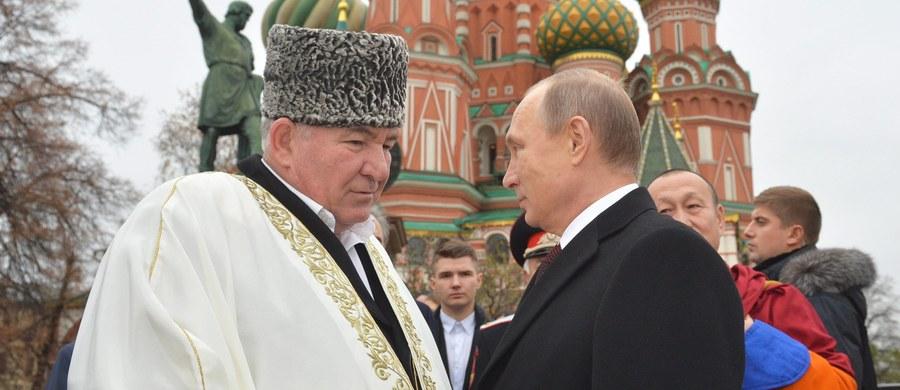 """Mufti Ismail Berdijew, przewodniczący Centrum Koordynacyjnego Muzułmanów Kaukazu Północnego w wywiadzie dla rosyjskiej agencji Interfax stwierdził, że najlepszym sposobem ograniczenia """"wybujałej kobiecej seksualności"""" powinno być masowe okaleczenie ich narządów płciowych."""