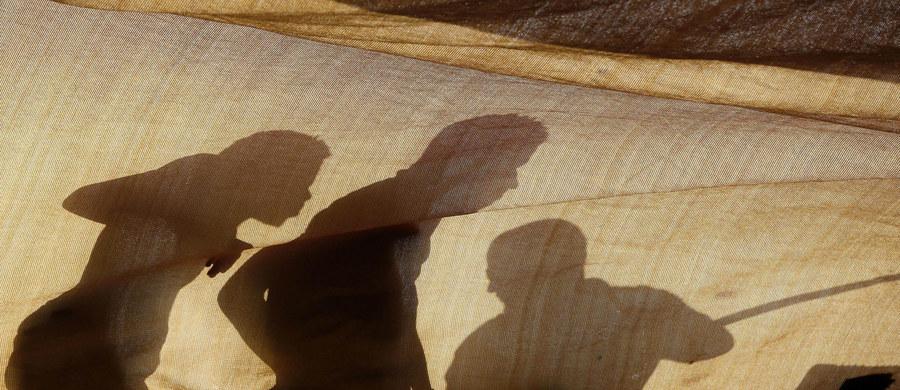 130 mln osób poszkodowanych w konfliktach zbrojnych, wojnach, katastrofach naturalnych czy prześladowaniach potrzebuje pomocy humanitarnej - alarmuje Organizacja Narodów Zjednoczonych. Dziś obchodzony jest Światowy Dzień Pomocy Humanitarnej. Został on ustanowiony przez Zgromadzenie Ogólne ONZ w 2008 r. Wybór tej daty ma związek z tragicznym zdarzeniem, do którego doszło 19 sierpnia 2003 r., kiedy to 22 pracowników humanitarnych zginęło wskutek wybuchu bomby w siedzibie ONZ w Bagdadzie, stolicy Iraku.