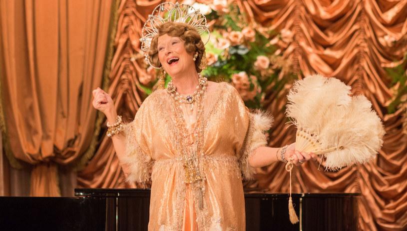 """Ten rok należy do pani Jenkins. Najpierw """"Niesamowita Marguerite"""" w reżyserii Xaviera Giannoliego, teraz """"Boska Florence"""" okiem Stephena Frearsa. """"Najgorsza śpiewaczka świata"""", która jest jedną z najczęściej słuchanych wokalistek operowych, święci pośmiertne triumfy. Film bardzo późno przypomniał sobie o tej nietuzinkowej postaci, bowiem jej biografia, w przeróżnych wersjach, już od lat gości na scenach Broadwayu i West Endu."""