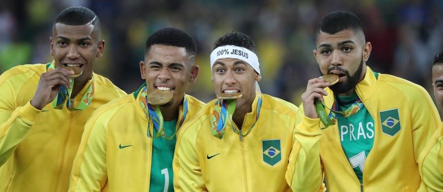 """Ten dzień na długo zapadnie Brazylijczykom w pamięć: w sobotę po raz pierwszy w historii męska reprezentacja tego kraju w piłce nożnej wywalczyła złoty medal olimpijski! Losy finału, w którym """"Canarinhos"""" zmierzyli się z Niemcami, musiał rozstrzygnąć konkurs rzutów karnych, bowiem po 120 minutach gry na tablicy wyników widniał remis 1:1. Serię rzutów karnych Brazylijczycy wygrali 5-4, a zwycięską """"jedenastkę"""" wykonał Neymar."""