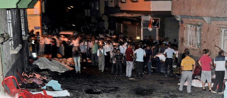Do 51 wzrosła liczba ofiar śmiertelnych zamachu bombowego, który został przeprowadzony podczas wesela w tureckim mieście Gaziantep w pobliżu granicy z Syrią - taką informację przekazały władze prowincji Gaziantep. 69 osób jest rannych, w tym 17 ciężko. O zorganizowanie ataku podejrzewane jest Państwo Islamskie. Zamachowiec-samobójca to nastolatek w wieku od 12 do 14 lat.