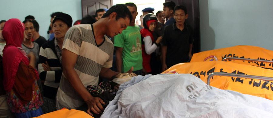 Dziesięć osób utonęło, a pięć zaginęło po przewróceniu się i zatonięciu niewielkiej drewnianej łodzi u wybrzeży indonezyjskie wyspy Bintan, na południe od Singapuru - poinformowały indonezyjskie władze. Dwie osoby udało się uratować. Wśród ofiar śmiertelnych jest dwoje dzieci.