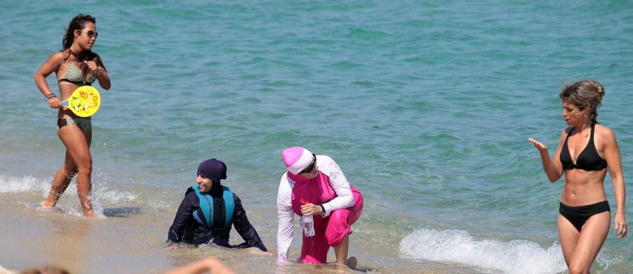 Bardzo szybko rośnie liczba francuskich kurortów wprowadzających zakaz noszenia na plaży burkini. Jest ich już ponad dwadzieścia. Te islamskie stroje kąpielowe, które zakrywają prawie całe kobiece ciało, zabronione zostały już na prawie wszystkich dużych plażach publicznych Francuskiej Riwiery.