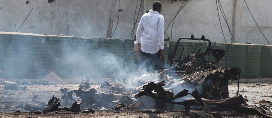 Ponad 20 osób zostało zabitych w niedzielę w podwójnym ataku samobójczym w Galkayo w półautonomicznym regionie Putland w Somalii. Dwóch samobójców z islamistycznego ugrupowania Al-Szabab zdetonowało samochody wyładowane materiałami wybuchowymi.