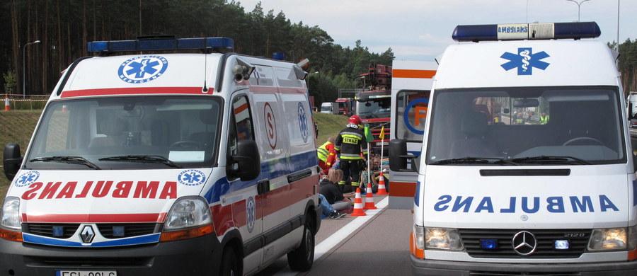 Siedem osób zostało rannych po wypadku na krajowej trójce na Dolnym Śląsku. W Sokolej - między Paszowicami a Bolkowem - zderzyło się pięć aut. Sześć samochodów osobowych zderzyło się natomiast na krajowej 1 w Czechowicach-Dziedzicach w Śląskiem. Na polskich drogach jest ślisko i niebezpiecznie. To przez intensywne opady deszczu.
