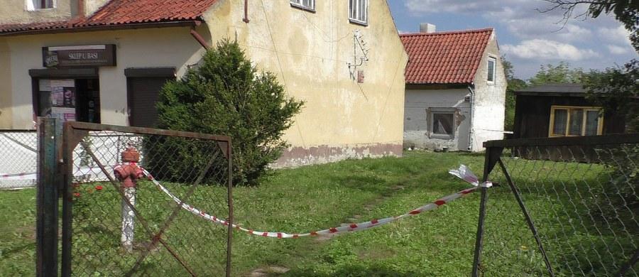 Zabił, a potem zabrał części ciała swojej ofiary, aby nakarmić nimi psa - to nowe, makabryczne szczegóły morderstwa 36-latka z Korsz w Warmińsko-Mazurskiem. Zatrzymany 39-latek chciał również zabić znajomą.