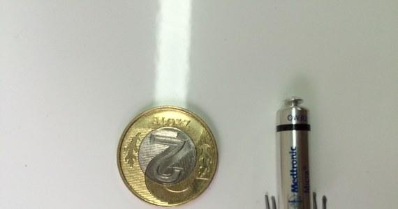 Jest wielkości dwuzłotówki, wygląda jak pocisk z haczykami i może przez kilka lat stymulować serce pacjenta. W warszawskim szpitalu Uniwersytetu Medycznego przy Banacha zakończyły się dwie operacje wszczepienia pacjentom najmniejszego na świecie stymulatora serca.