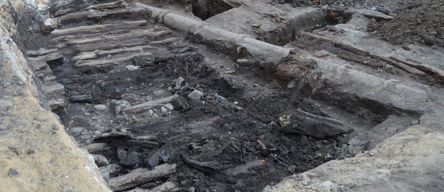 Archeolodzy znaleźli kolejny dowód na to, że dawniej lubelskie ulice były drewniane. To dość nietypowe zważywszy na to, że już w średniowieczu trakty brukowano. W ścisłym centrum - na Krakowskim Przedmieściu - podczas przebudowy natrafiono na ślady ulicy sprzed 300, a może nawet 400 lat.