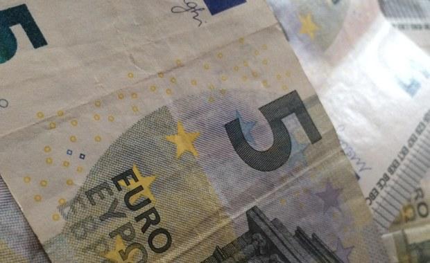 """Na rok więzienia w zawieszeniu i grzywnę skazał w środę krakowski Sąd Okręgowy 37-letnią obywatelkę Francji z Kamerunu, która za 50 tys. euro sprzedała polskiemu biznesmenowi kawałki czarnego papieru, z których rzekomo mógł on uzyskać prawdziwe banknoty na 100 tys. euro. Oskarżona o oszustwo kobieta dobrowolnie poddała się karze. Po ogłoszeniu wyroku przeprosiła nieobecnego na sali pokrzywdzonego i zapewniła, że """"nigdy więcej nie zrobi czegoś podobnego""""."""