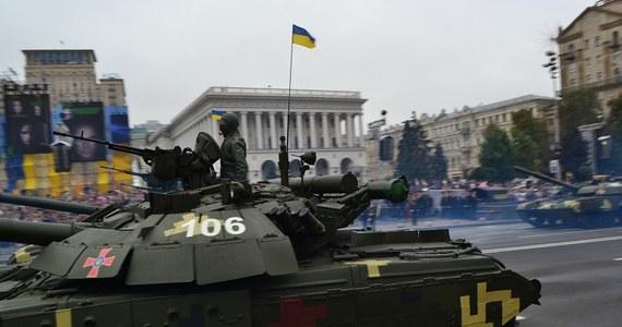 Prezydenci Polski i Ukrainy, Andrzej Duda i Petro Poroszenko zaapelowali do wspólnoty międzynarodowej o wzmożenie wysiłków, w tym polityki sankcji wobec Rosji, by doprowadzić do zaprzestania agresji wobec Ukrainy. Apel zawarto w deklaracji przyjętej w dniu obchodów 25. rocznicy niepodległości Ukrainy. Wcześniej prezydenci wzięli udział w obchodach na kijowskim Majdanie Niepodległości.