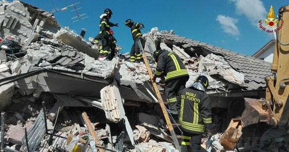 Co najmniej 120 osób zginęło w trzęsieniu ziemi, które w środę nawiedziło środkowe Włochy. W miejscowości Amatrice zginęło 35 osób, w Accumoli - 11. Ofiary śmiertelne są także w miejscowościach Arquata i Pescara del Tronto. Zniszczenia są ogromne. Tysiące domów legło w gruzach. Trwa akcja ratunkowa.