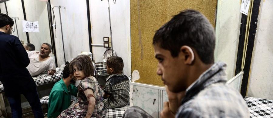 """Według raportu ONZ armia syryjska dokonała w kwietniu 2014 r. i w marcu 2015 r. dwóch ataków przy użyciu broni chemicznej. Dżihadyści z tzw. Państwa Islamskiego (IS) dokonali takiego ataku w kwietniu ubiegłego roku. Waszyngton zapowiedział """"pociągnięcie winnych do odpowiedzialności""""."""