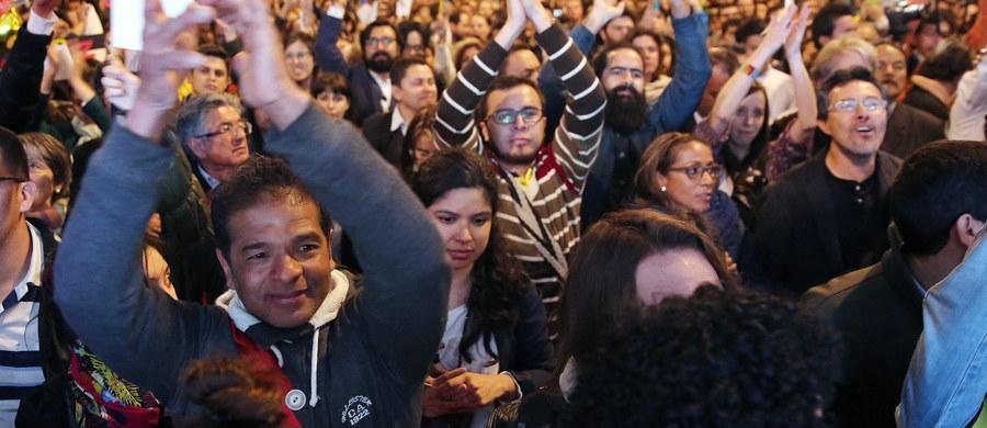 Rząd Kolumbii i lewicowi rebelianci z Rewolucyjnych Sił Zbrojnych Kolumbii (FARC) ogłosili oficjalnie zawarcie układu pokojowego, który ma zakończyć trwającą od 50 lat wojnę partyzancką w tym kraju. Układ będzie przedmiotem referendum. Zawarcie układu ogłoszono w Hawanie, w obecności przedstawicieli Kuby i Norwegii, które były mediatorami w rozmowach pokojowych.