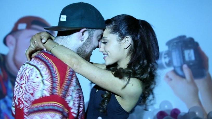 Wokalistka i raper mieli potwierdzić plotki o byciu razem wspólnym pocałunkiem na kolacji.